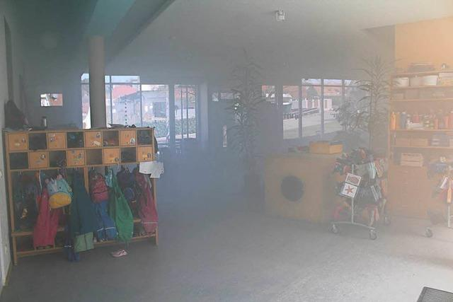 Nebelmaschine qualmt Kindergarten ein – Verwaltung vermutet Ernstfall