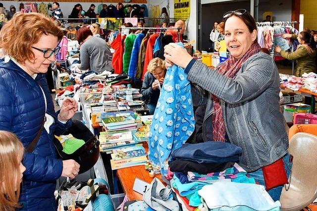 Selbstversuch: Heinz Vollmar bei der Kinderkleiderbörse in Wyhlen