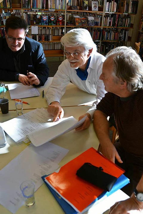 Intensives Fachgespräch (von links): V...rt Strickler besprechen einen Entwurf.  | Foto: Dorothee Soboll