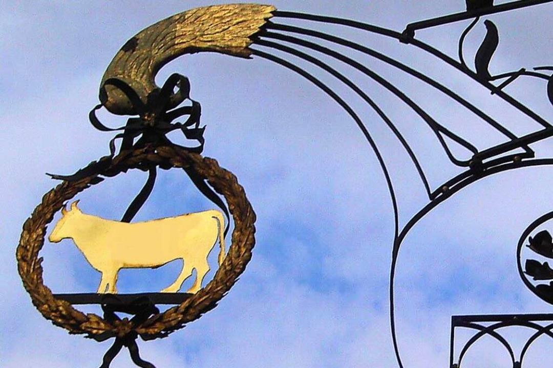Das Wirtshausschild hängt schon mehr als 100 Jahre über dem Eingangsportal.  | Foto: Hans Sigmund
