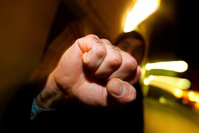 Mann verprügelt Frau auf offener Straße – Passanten greifen ein
