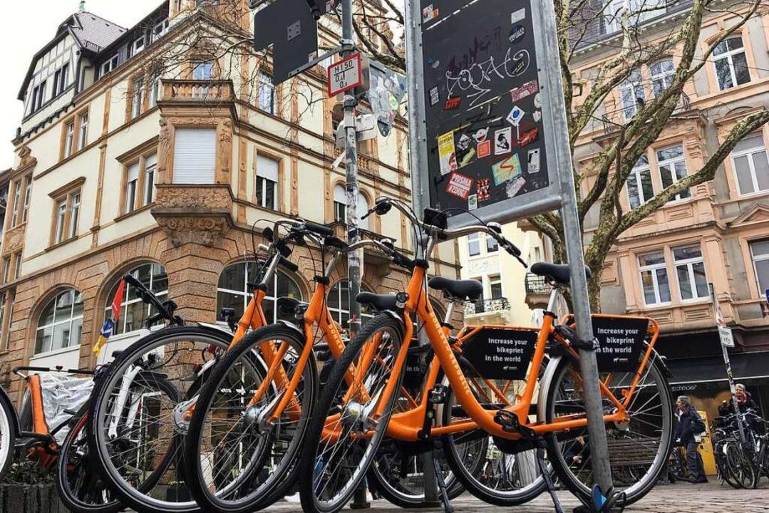 Die organge-schwarzen Leihräder stehen... der Ecke von Gerberau und Martinstor.  | Foto: Simone Höhl