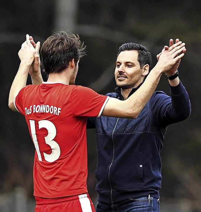 Drei Punkte gegen Tennenbronn: Bonndor...spfiff mit Torschütze Jonas Bernhart.     Foto: scheu