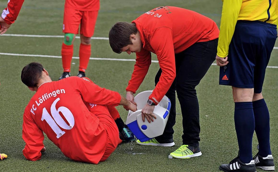 Rasche Hilfe: Stephan Löffler, Trainer...erarztet FCL-Spieler Florian Hoffmann.    Foto: Wolfgang Scheu