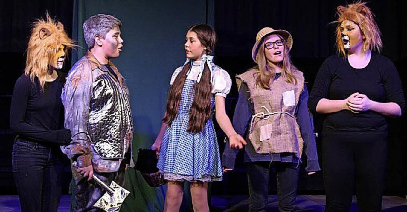 Die fünf Freunde auf dem Weg zum Zaube...Kringel, Lena Schätzle und Lina Gowin     Foto: Theresa Ogando