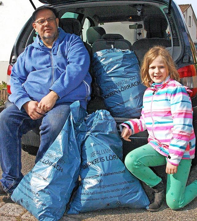 Rainer  und  Dinah-Joy Mithoefer wollen einen sauberen Park.     Foto: Frey