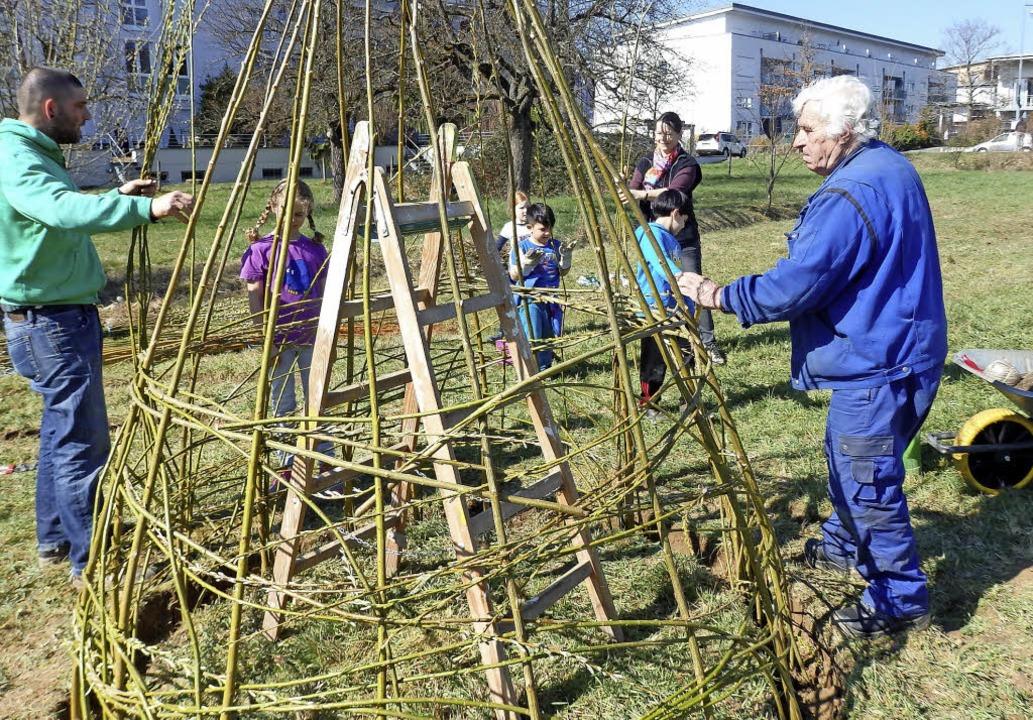 Beim Aufbau des ersten Weiden-Hauses: ...SAK im Naturentdeckergarten in Stetten  | Foto: Johanna Högg