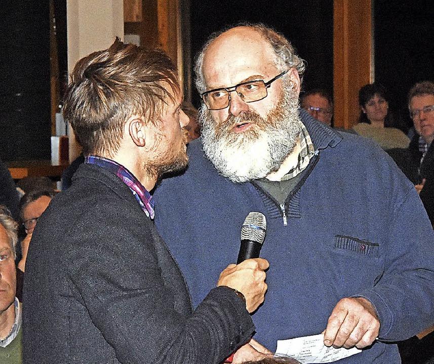Michel Horelt (links), hier im Gespräc...erierte die Informationsveranstaltung.    Foto: Stefan Pichler