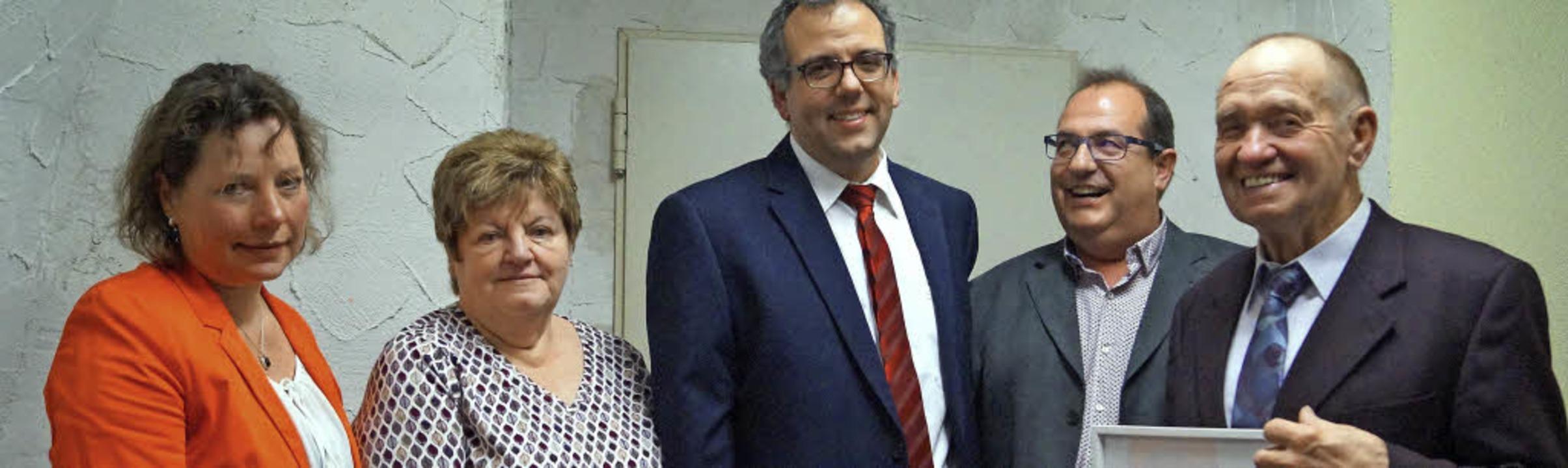Der TSV-Vorstand, v.l. Schriftführerin...gezeichnete TSV-Präsident Viktor Mayer    Foto: . CREMER