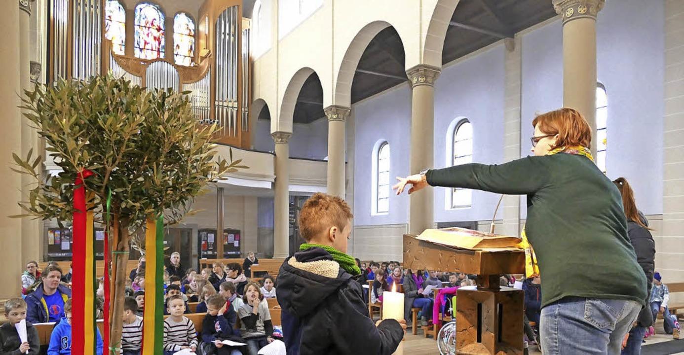 Rektorin Christine Sigwart liest Schül...nifatiuskirche aus dem Evangelium vor.    Foto: Clara Hesse