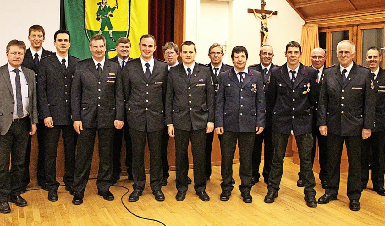 Bürgermeister Andreas Wießner und Komm... die vielen geehrten Feuerwehrmänner.     Foto: Martin Klabund