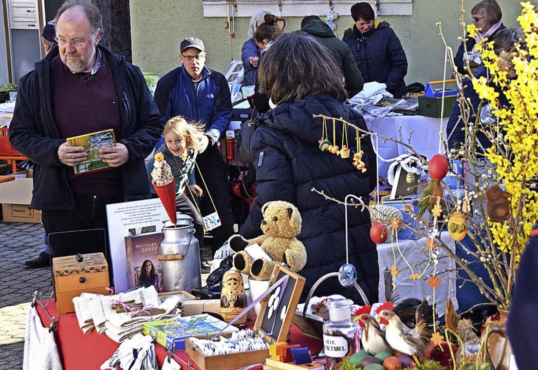 Osterdeko, aber auch Flohmarktartikel gab es in Ebringen.   | Foto: S.Nöltner