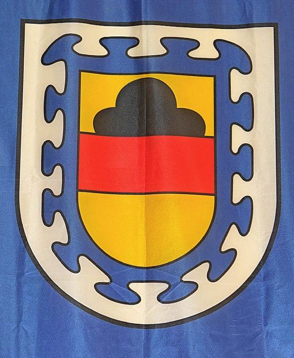 Die ehemalige Schule  erhält den Namen...e das Katzenmooser Wappen angebracht.     Foto: Heiss