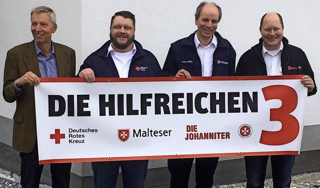 Vier für drei (von links): Wolfgang Sc...teser), Alexander Barton (Johanniter).  | Foto: E. tauscher