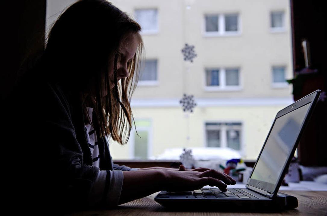 Allein vorm PC: Jugendliche suchen Fre... werden dort mit Risiken konfrontiert.    Foto: dpa