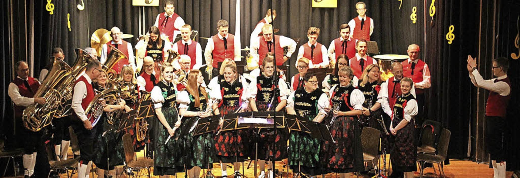 Rauschenden Applaus gab es für die Mus...en  Dirigenten Jochen Stich (rechts).   | Foto: Cornelia Liebwein
