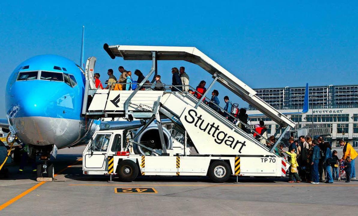 Ehe es für sie weiterging, dauerte es ...assagiere am Flughafen Stuttgart Tage.    Foto: dpa