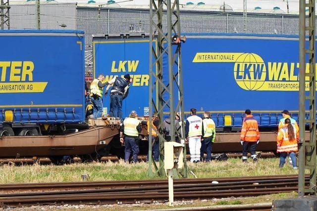 Flüchtlinge nach kalter Güterzug-Fahrt aus Lkw-Auflieger befreit