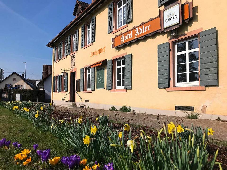 Der Landgasthof Adler in Oberkrozingen...'s Strauße  bald wiedereröffnen.  | Foto: Hans-Peter Müller