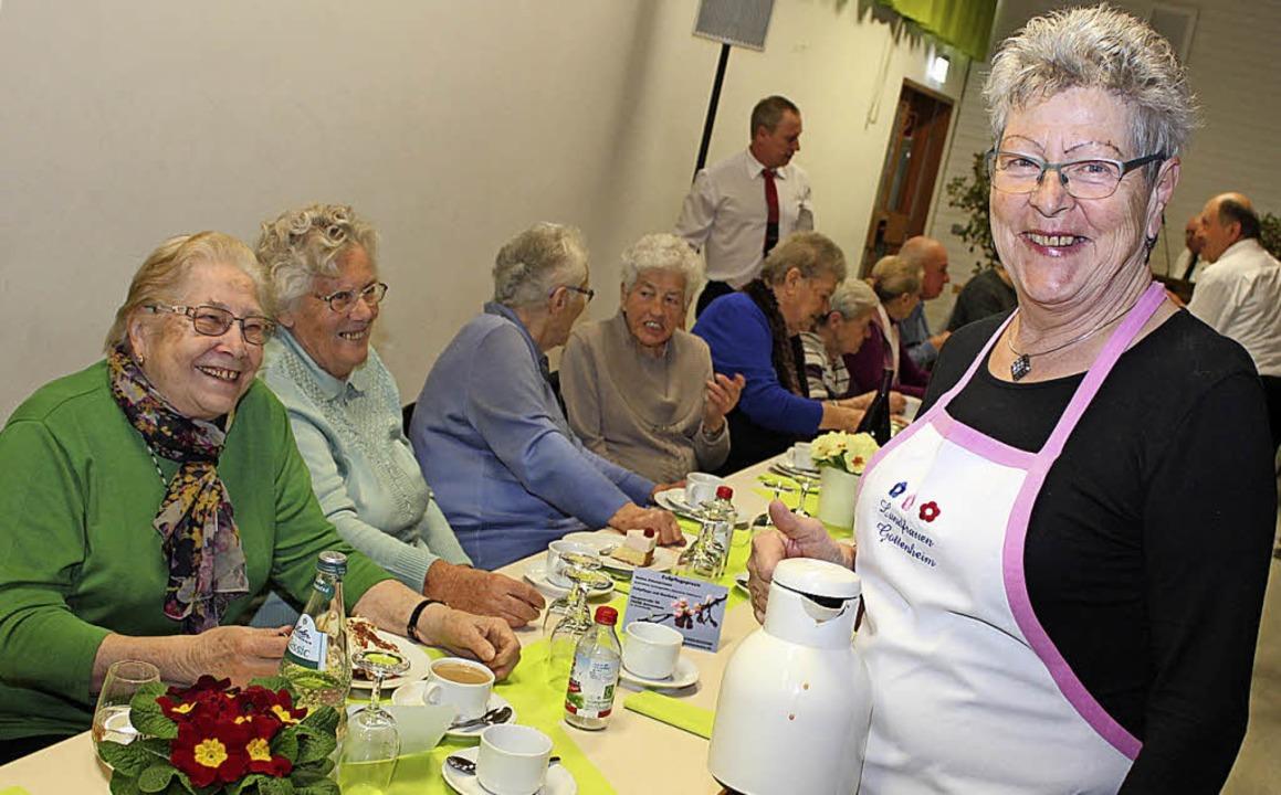Selbstgemachten Kuchen gab es von den Landfrauen.   | Foto: Schöneberg