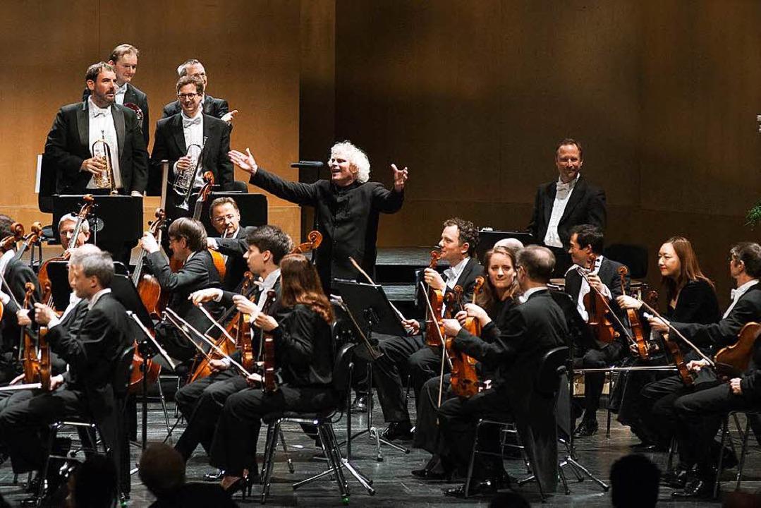 Maestro mitten im Orchester: Sir Simon...armoniker im Festspielhaus Baden-Baden  | Foto: Michael Gregonowits