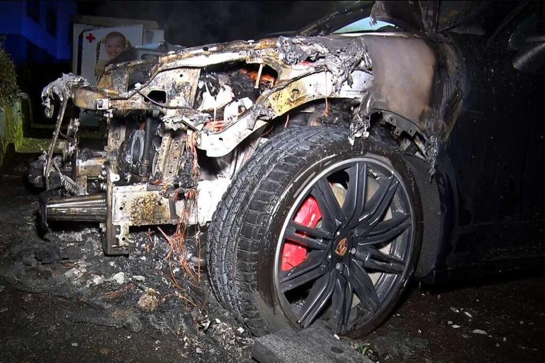 Wieder ein Brand: Der Motorraum des Porsche Cayenne brannte vollständig aus.  | Foto: Wolfgang Künstle