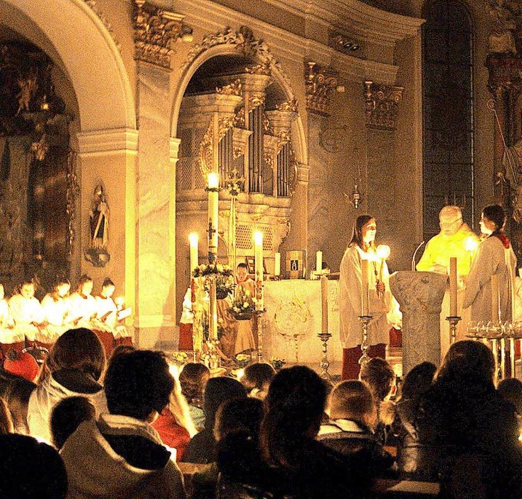 Nur von Kerzenlicht erleuchtet beginnt...mit Pfarrer Matthias Kirner feierte.    | Foto: Maria Schlageter