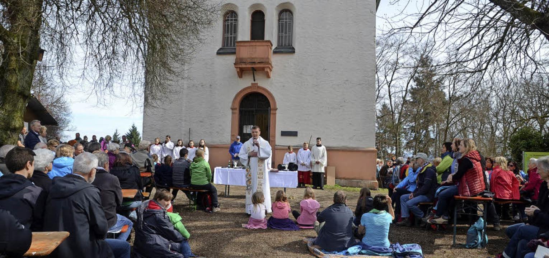Um die 300 Gläubige kamen am Ostermont...n Gottesdienst auf den Katharinenberg.  | Foto: Roland Vitt