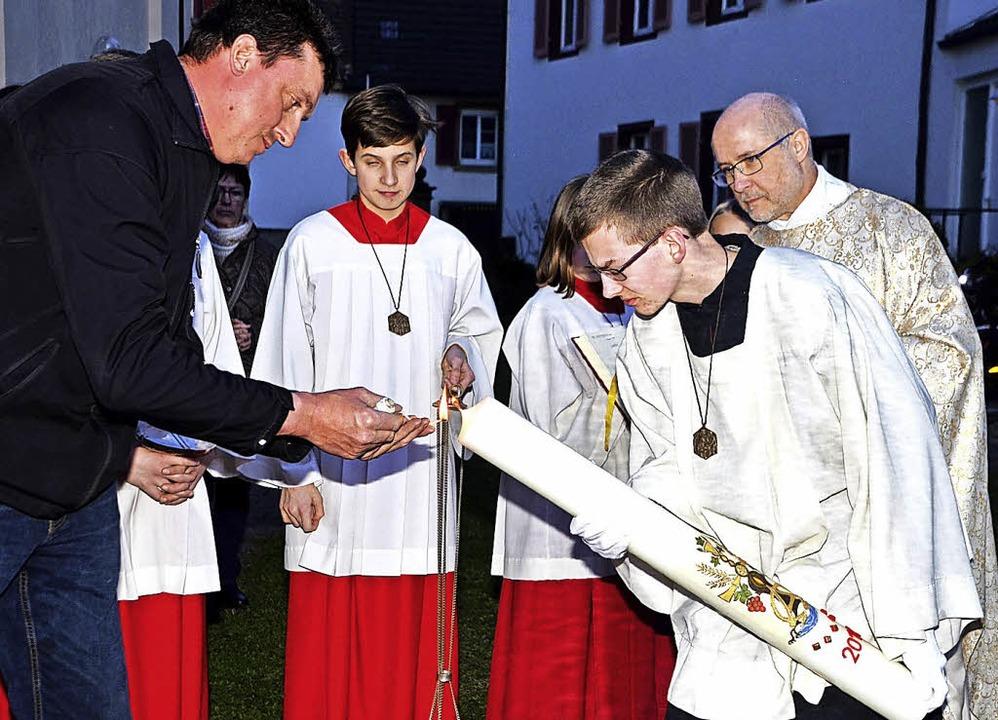 Osternachtfeier der Kirchengemeinde am...ze wird über dem Osterfeuer entzündet.  | Foto: Roland Vitt