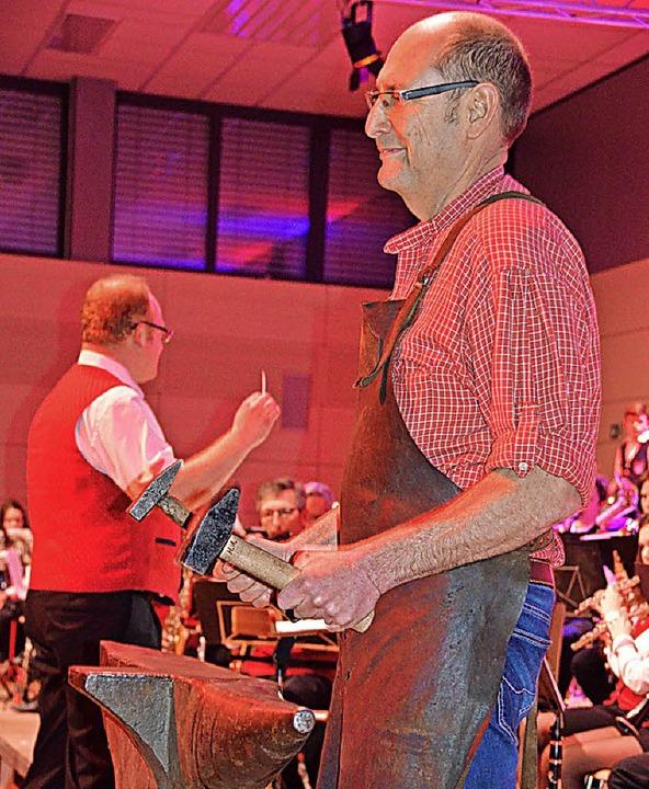 Harry Amann ließ den Amboss bei der Amboss-Polka erklingen.  | Foto: Cornelia Selz