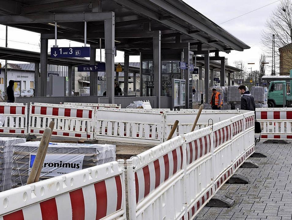 Noch säumen Absperrungen das Bahnhofsgelände.    Foto: jtr