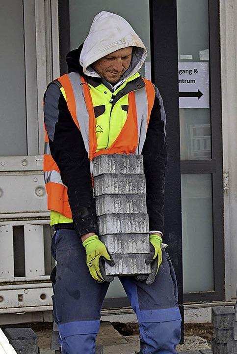 Arbeiter beim Pflasterverlegen    Foto: jtr