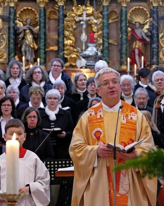 Dekan Peter Berg feierte mit zahlreich...sterchor das Hochamt am Ostersonntag.     Foto: Michael Gottstein