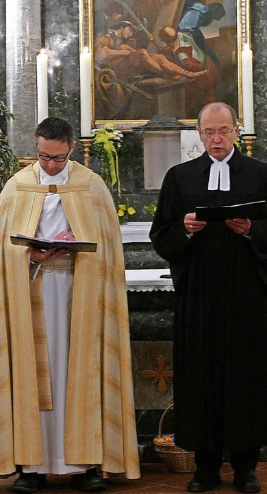 Die Pfarrer Armin Strenzl (links) und ...eier in der Kirche St. Peter und Paul.    Foto: Michael Gottstein