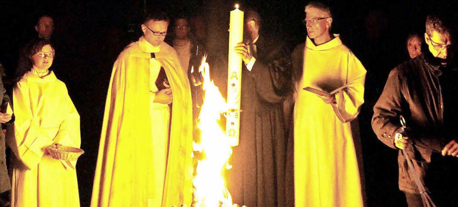 Die Pfarrer Armin Strenzl (Zweiter von...elschlegel entzündeten die Osterkerze.    Foto: Michael Gottstein