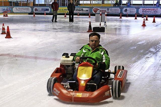 Rennfahrer heizen auf dem Eis ein