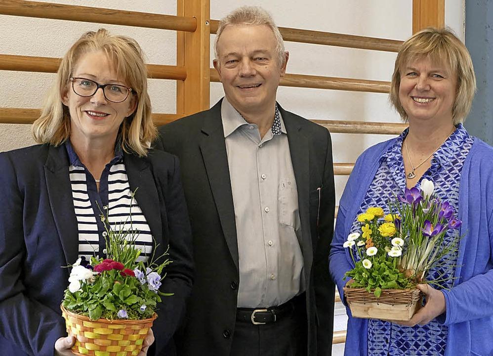 Bettina Bruzek (links) und Stefanie Bü...schule, Bernd Crößmann, verabschiedet.    Foto: Sandra Adeler
