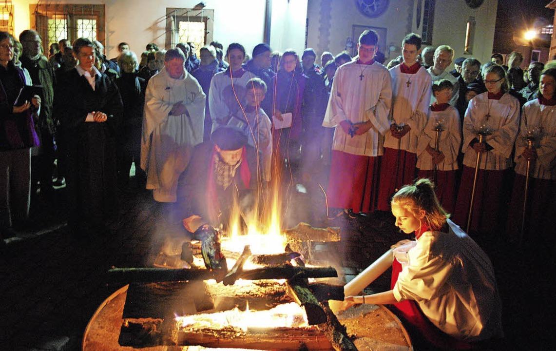 Die Osterkerzen werden am gemeinsamen Feuer entzündet.  | Foto: Sylvia-Karina Jahn