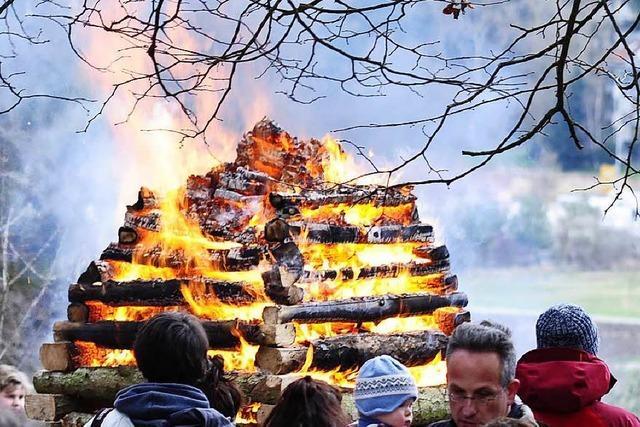 Osterfeuer lockte viele auf den Bad Krozinger Rebberg