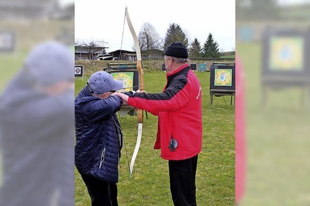 Erste Versuche mit Pfeil und Bogen beim Ostereierschießen