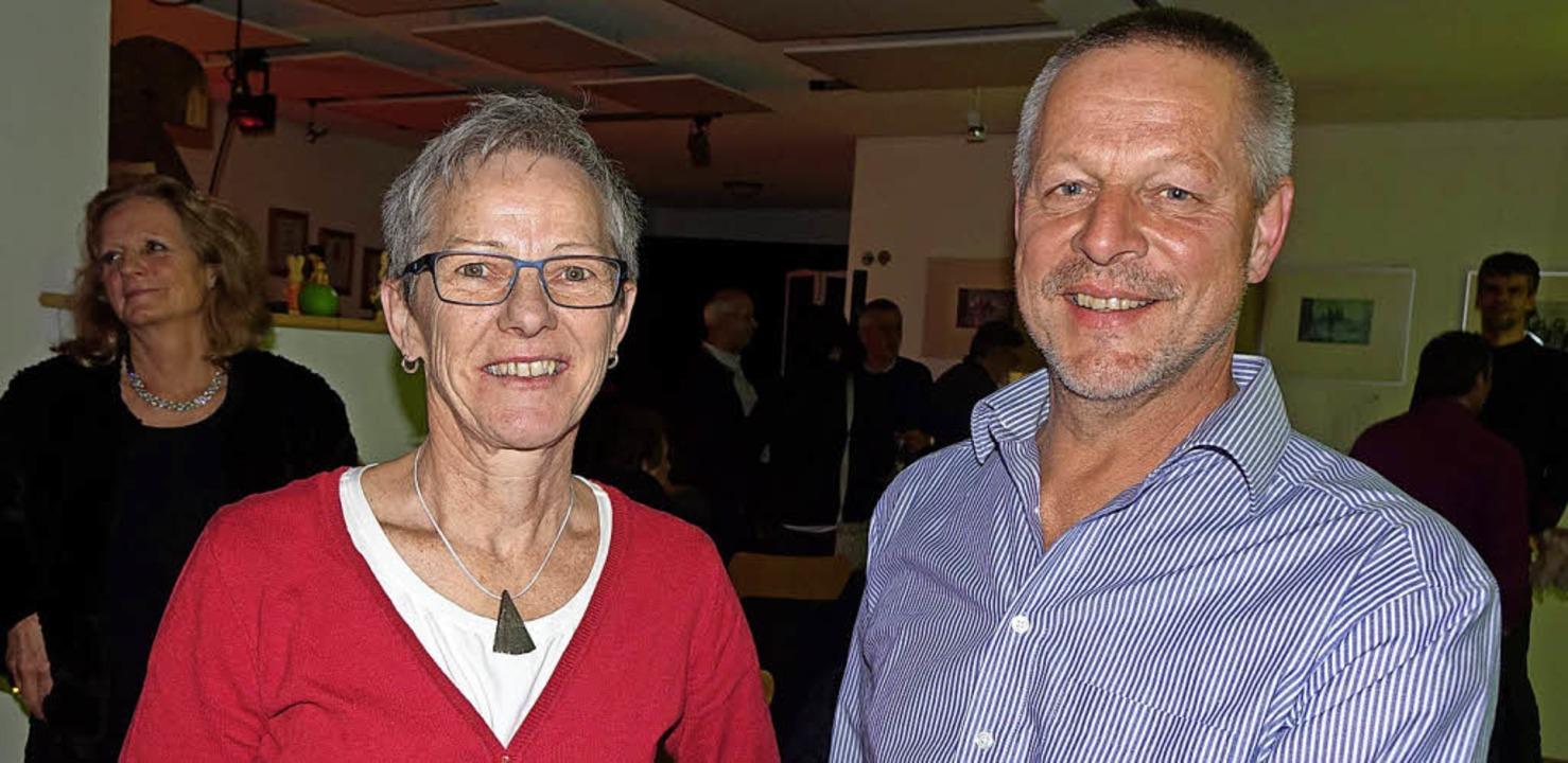 Der Winzer Markus Ernst und seine Frau... Kleinkunst in besonderem Ambiente an.    Foto: Roswitha Frey
