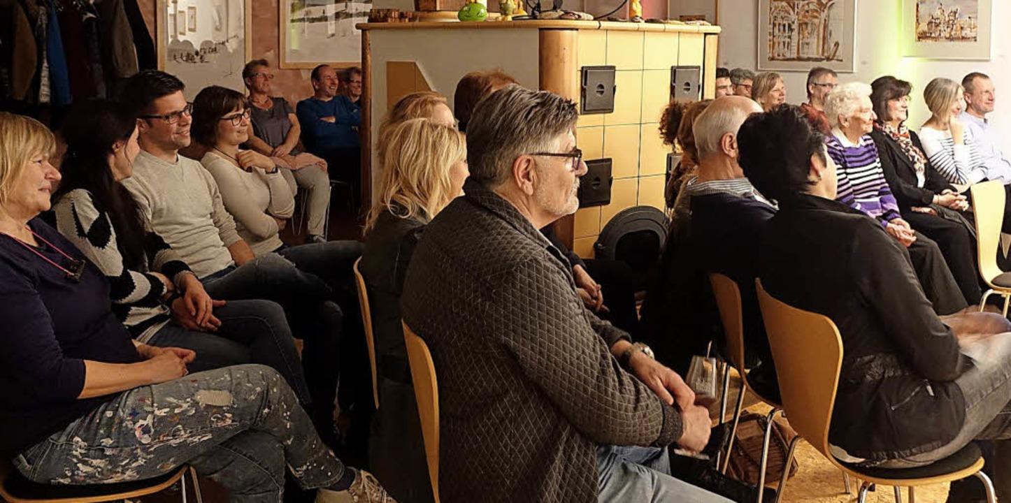 Nah dran an den Künstlern und rund um ...tungen im Weingut Ernst in Wittlingen.    Foto: Roswitha Frey