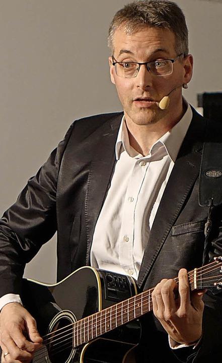 Beim Musikkabarettisten  Martin Glönkl...ublikum  kürzlich selbst Regie führen.    Foto: Roswitha Frey