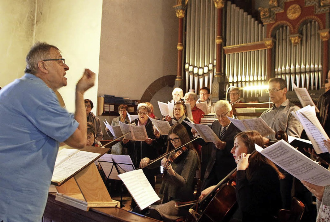 "Die ""Spatzenmesse"", aufgef... Dirigenten Martin Obergföll (links).     Foto: Heidi Fössel"
