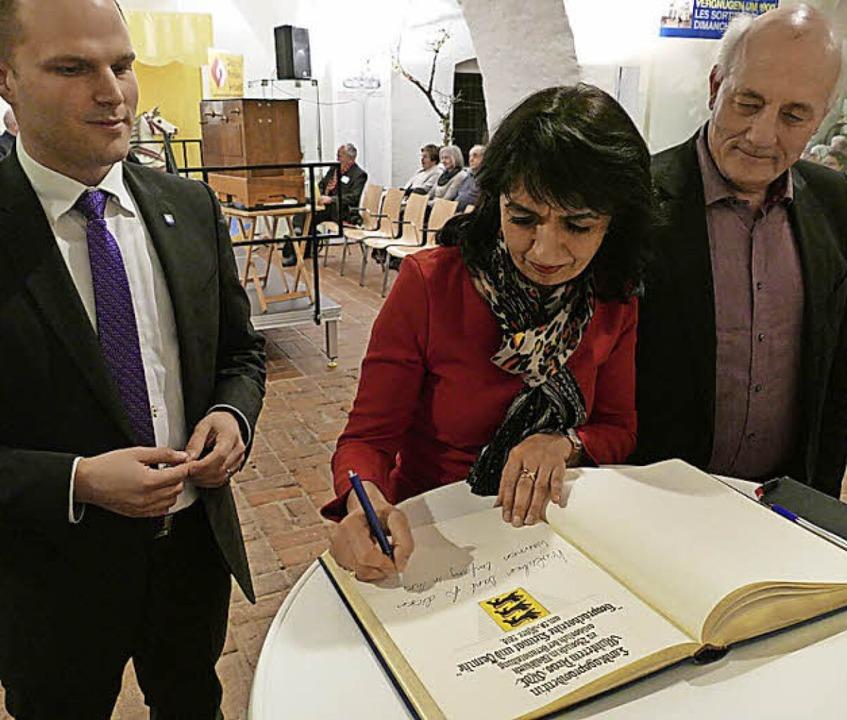 Muhterem Aras trägt sich ins Goldene Buch der Stadt Waldkirch ein.  | Foto: Sylvia Sredniawa