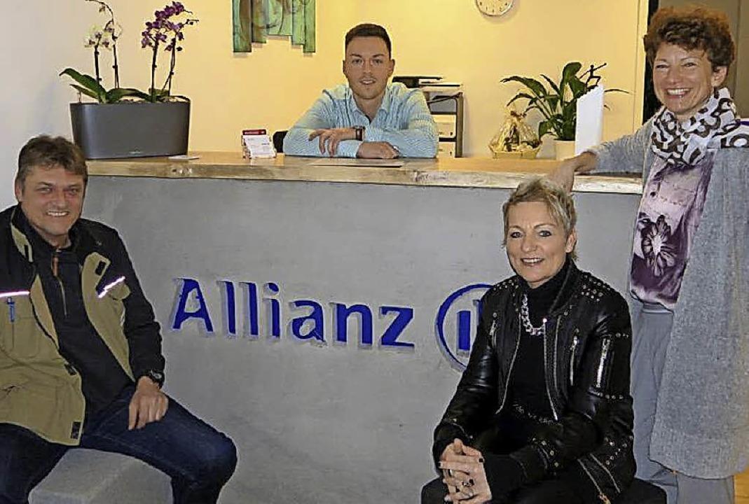 <BZ-FotoAnlauf>Allianz-Agentur:</BZ-Fo...hinter dem Tresen) vom Gewerbeverband     Foto: Markus Petersen