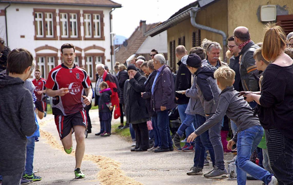 """Die Gruppe """"Handballer"""" si...rlauf vor den """"Spontanen""""     Foto: Petra Wunderle"""