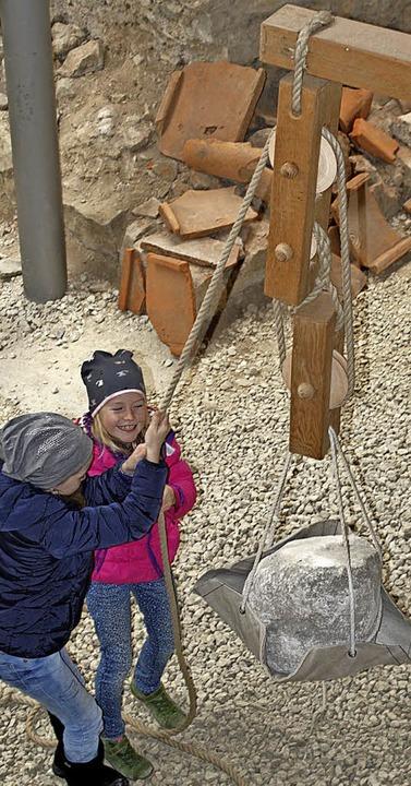 Eine kleine Übung für Kraftprotze ist das Ziehen am Flaschenzug    Foto: Rolf Reißmann