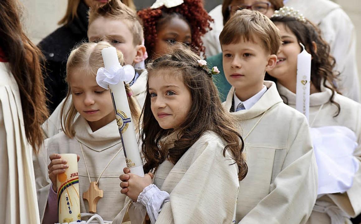 Die Kinder  auf ihrem Weg zur Erstkommunion.   | Foto: Rita Eggstein