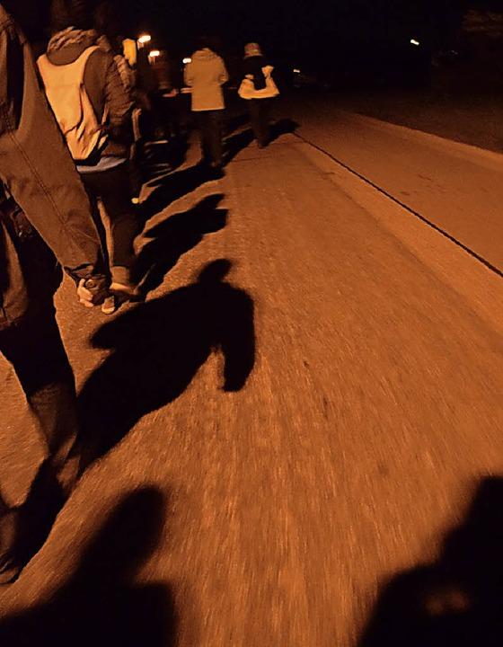 Über nächtliche Straßen und Wege führt die Pilgertour.  | Foto: Helena Kiefer